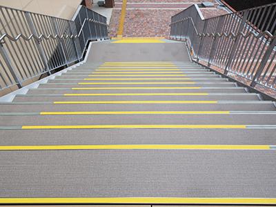 階段ステップ設置状況(碩田学園)